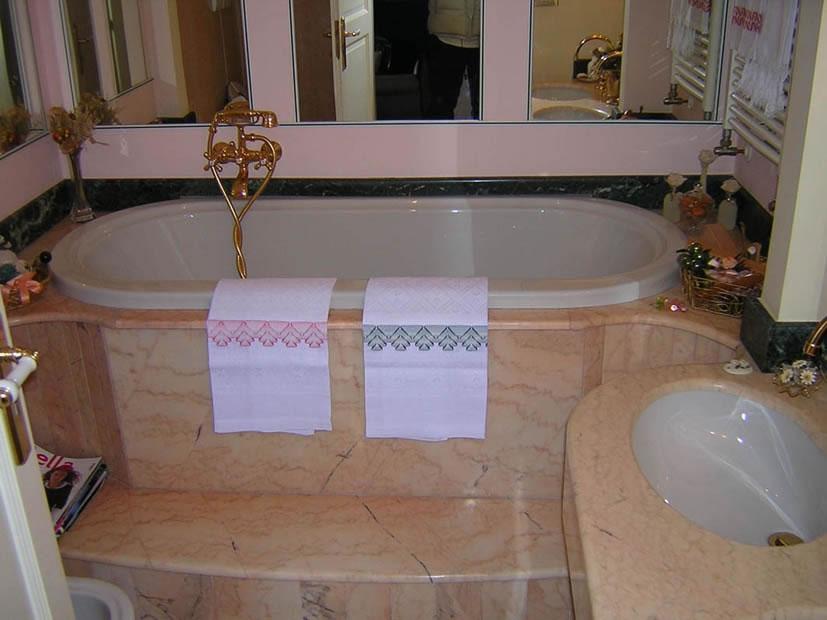 Top cucine e bagni - Striscia di mosaico in bagno ...