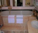 rivestimento-bagno-in-rosa-portogallo-particolare-il-rivestimento-della-vasca-da-bagno
