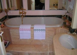 Rivestimento bagno in rosa Portogallo, particolare il rivestimento della vasca da bagno.